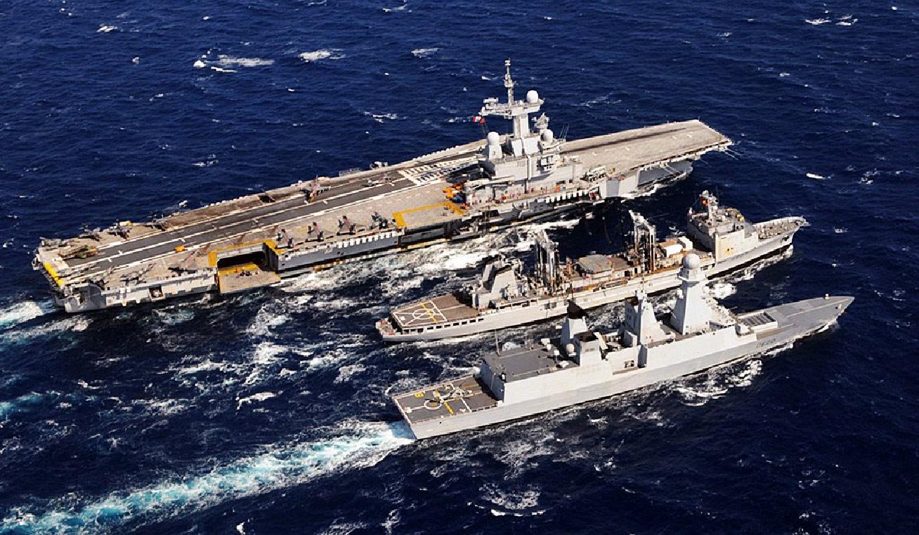 Le PA Charles de Gaulle, le pétrolier ravitailleur Meuse et la frégate Forbin (classe Horizon) en Méditerranée, lors de l'opération Harmattan (Marine nationale).