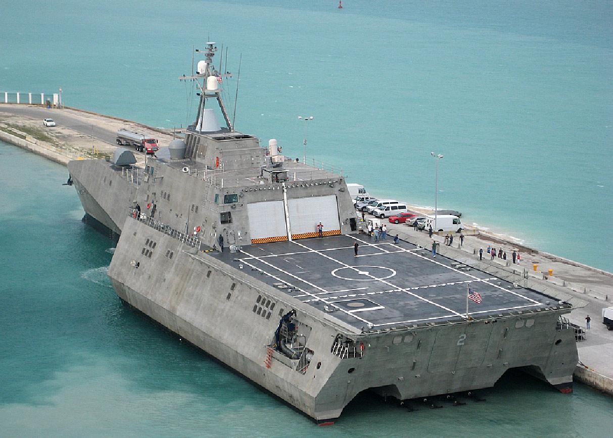 Le Littoral combat ship USS Independence, à quai à Key West (US Navy)
