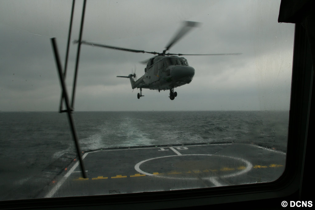 Essais d'appontage d'un hélicoptère sur la FREMM Aquitaine