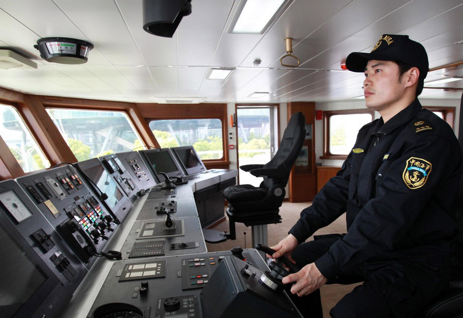 Un membre du personnel du Haixun 01 lors d'un essai à Shanghai, le 15 avril 2013.