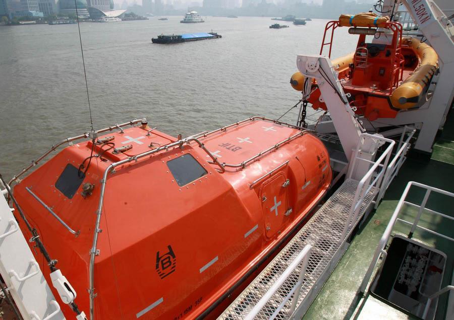 Un des canots de sauvetage qui équipe le patrouilleur Haixun 01, amarré dans un port de Shanghai, le 15 avril 2013.