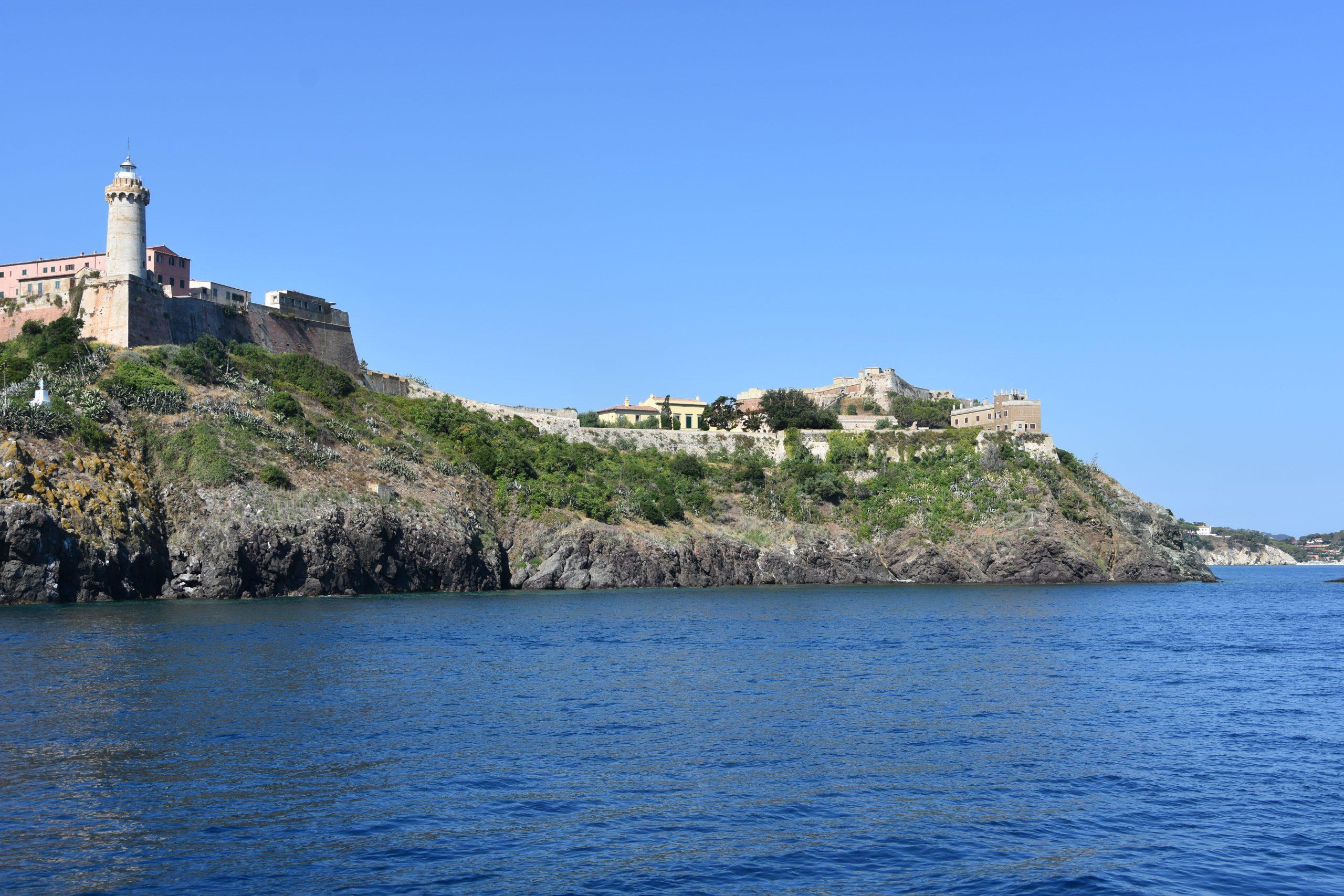 14 La maison de Napoleon en jaune au centre de limage a Porto Ferraio sur lile dElbe